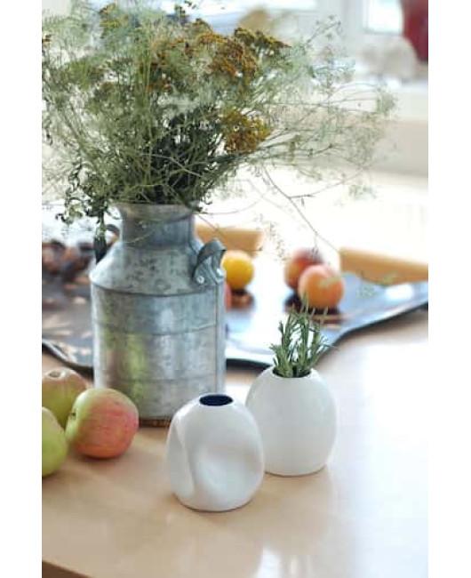 Белая керамическая ваза